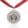 Amulett mit rotem breiten Textilband